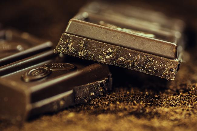 Zrównoważona dieta- z czekoladą w obu dłoniach